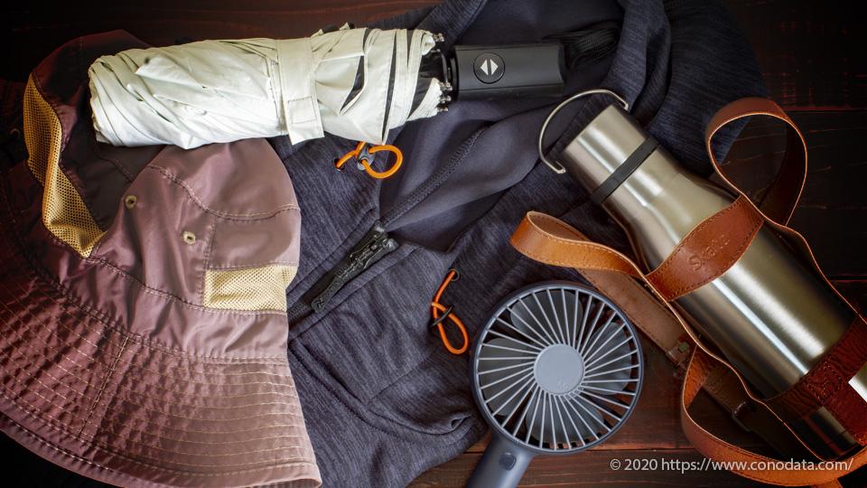 使ってみて分かった熱中症対策おすすめグッズ5選のサファリハットや日傘、吸汗速乾シャツ、水筒、ハンディファンといった効果の高いアイテムをまとめて写した画像