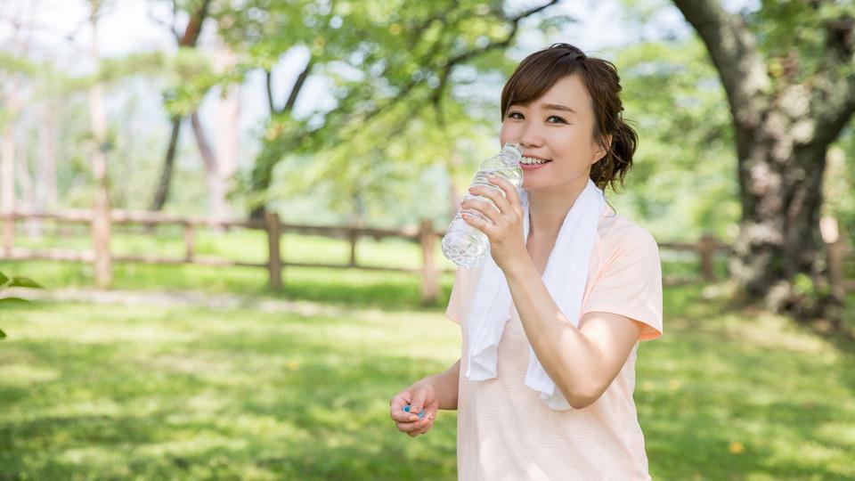 熱中症対策の1つとして重要や水分補給をする女性のイメージ画像
