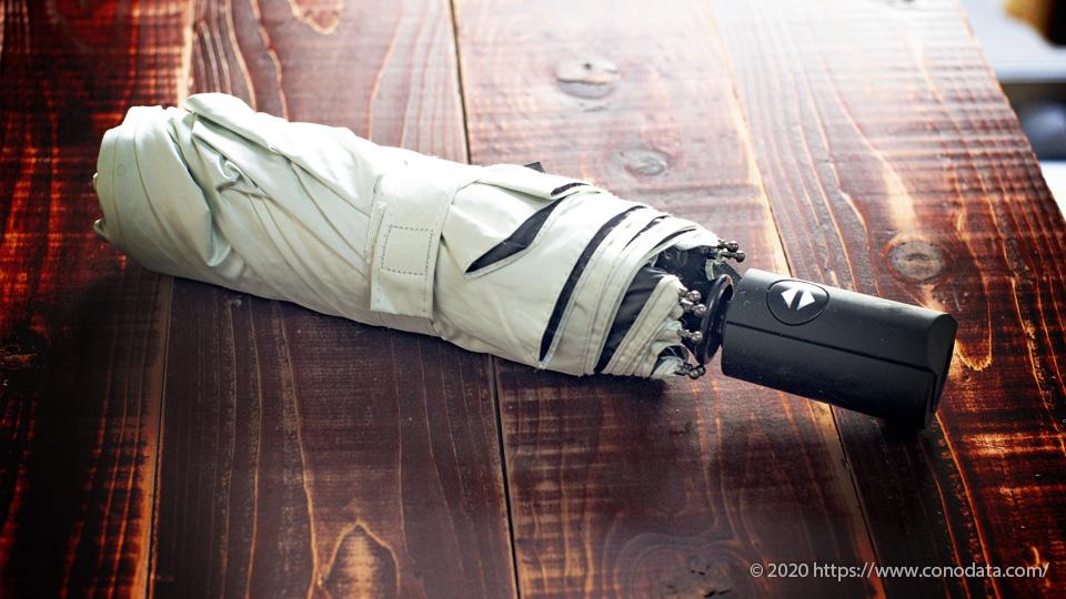 熱中症対策に効果的な晴雨兼用折り畳み傘の折り畳んだ状態で置いた画像