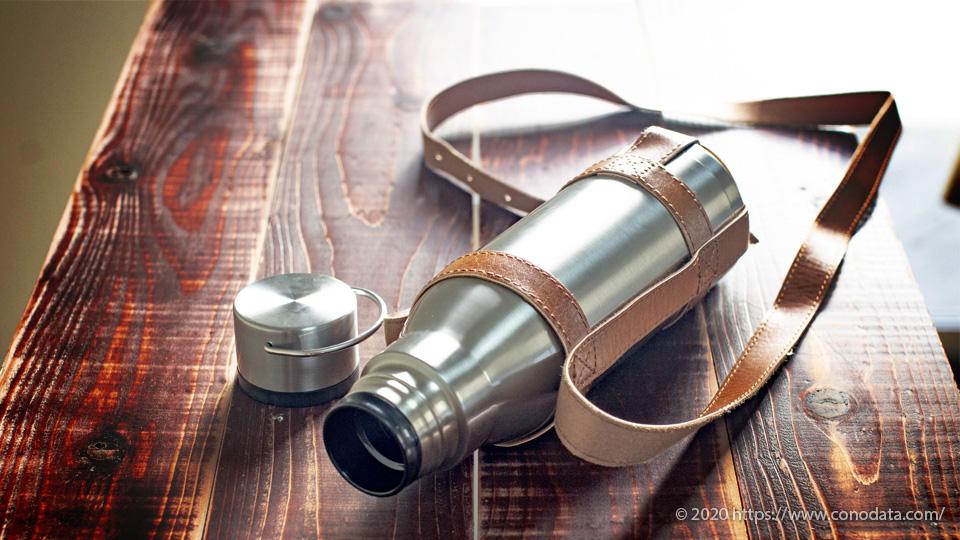 熱中症対策には欠かせない水分補給のツールコンパクトで持ち運びしやすい真空断熱の保冷水筒を専用の革ケースにいれて置いた画像
