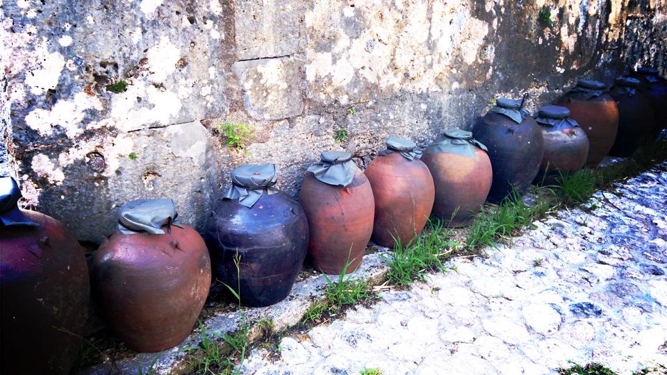 古酒を寝かせる甕が並んだ画像